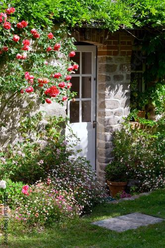 Charmant petit jardin et porte de maison\