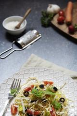 Bunte Teller Spaghetti Mit Basilikum, Tomaten, Oliven Vertikal Mit Gemüse  Und Zubehör Für Die