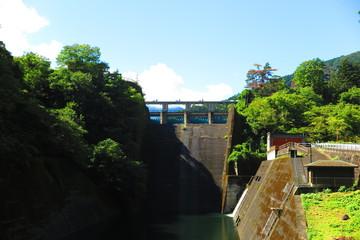 青空と湖とダムの風景10