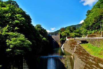 青空と湖とダムの風景8