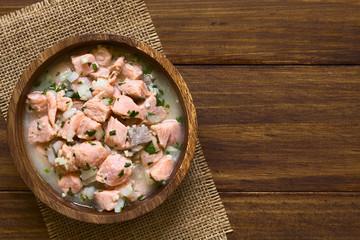 Chilenisches Ceviche aus Lachs, Zwiebel, Knoblauch, Zitronensaft, Salz und Korianderblätter, fotografiert mit natürlichem Licht (Selektiver Fokus, Fokus auf das Ceviche)