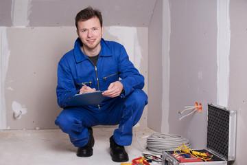 Elektroinstallateur mit Klemmbrett