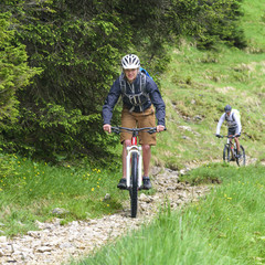 Mountainbiken auf einem Trail bei widrigem Wetter