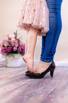 Zehenspitzen auf Mamas Schuhen