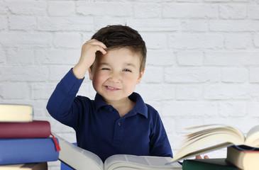 niño pequeño con cara de estres rodeado de libros