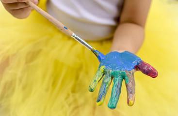 tinta pintura cores colorido criança mão pincel