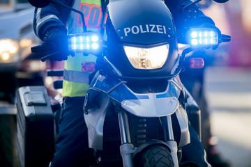 Polizeimotorrad mit Blaulicht im Einsatz