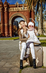 mother and child near Arc de Triomf in Barcelona handwaving
