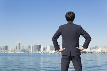 東京を見つめる ビジネスマン