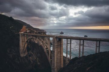 Cadres-photo bureau Cote Bixby Bridge along famous Highway 1 in twilight, Big Sur, California, USA