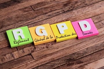 post-it sur fond bois : RGPD
