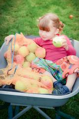 jolie fillette cueillant des pommes