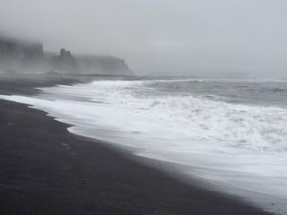 Vik mit Felsformation Reynisdrangar – Dünung und schwarzem Strand