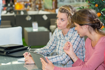 customer and organizer meeting at a restaurant