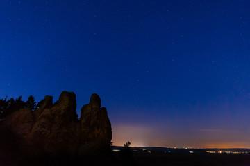 Nachtaufnahme der Teufelsmauer Hamburger Wappen im Harz