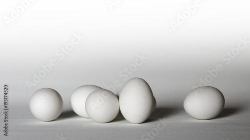 Osterdekoration: Ostereier arrangiert in weißtoniger Farbgebung ...