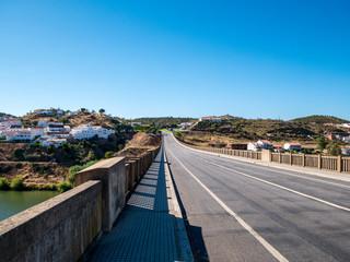 Fahrbahn über Brücke