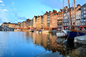 Dawn at the beautiful Honfleur harbor with boats and reflections, Normandy, France Fototapete