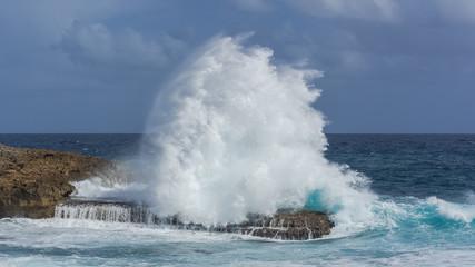 Photo sur Plexiglas Eau Panorama of the sea, wave which smashes against rocks