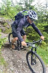 kniffliger Downhill auf einem Trail