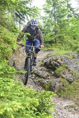 steil bergab mit dem Mountainbike im Gelände