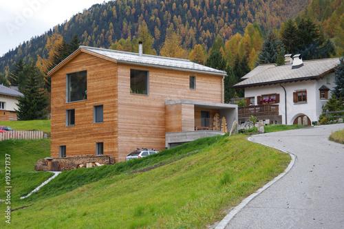 Modernes Holzhaus modernes holzhaus in bestehender siedlung schweizer architektur