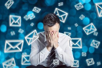 Mann ist überlastet mit E-Mails