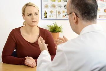 Arzt teilt Patient schlechte Diagnose mit