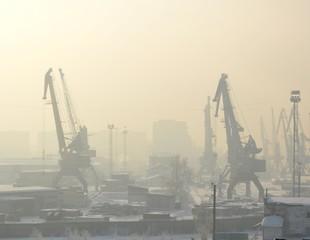 портовые краны в тумане