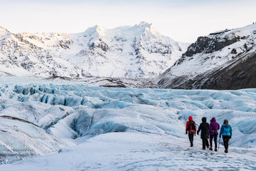Papiers peints Glaciers mountaineers hiking a glacier