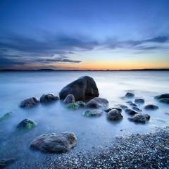 Blaue Stunde, nach Sonnenuntergang am Greifswalder Bodden, Findlinge am Strand, Ostsee, Insel Rügen, Deutschland