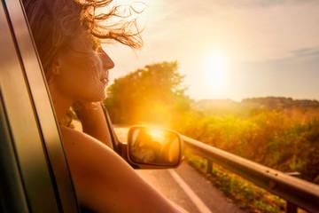 Frau schaut aus dem Auto