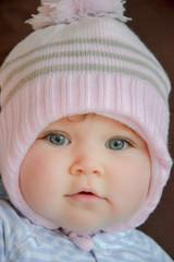 joli bébé aux yeux bleus