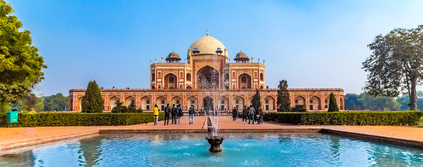 The first garden-tomb on the Indian subcontinent, this is the final resting place of the Mughal Emperor Humayun. The Tomb is an excellent example of Persian architecture. Located in the Delhi, India. Fotomurales