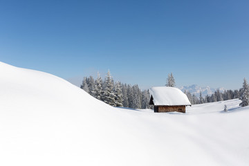 Fototapete - Fußspuren zur Schihütte. Winterlandschaft mit viel Schnee