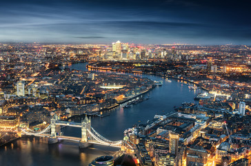 Wall Mural - London am Abend: von der Tower Bridge bis zum Finanzzentrum Canary Wharf