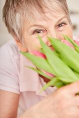 Ältere Frau mit einem Blumenstrauß