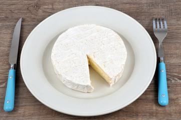 Camembert dans une assiette