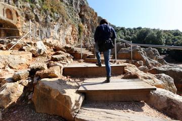 Лестница состоит из ряда ступеней и служит для подъема вверх и спуска вниз