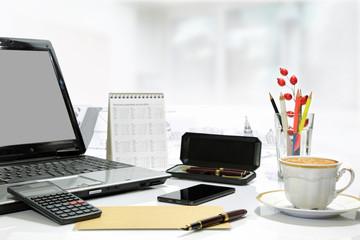 Fototapeta Biurko biznesowe z akcesoriami biurowymi, komputer, pióro,telefon, kalkulator, kawa. obraz