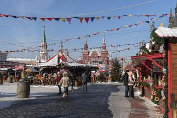 Рождественская ярмарка на Красной площади. Солнечный, морозный день.