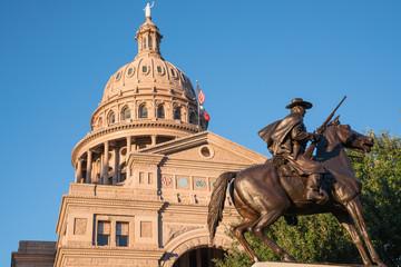 Photo sur Plexiglas Texas Texas State Capitol with Texas Rangers Monument