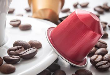Tuinposter koffiebar dosette de café expresso avec grains de café sur fond blanc