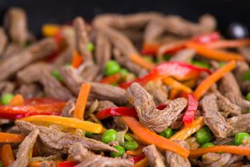 Asiatische Rindfleischstreifen mit Gemüse