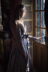 femme robe époque victorienne dans un château