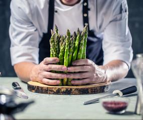 Chefkoch in der Küche mit Frischem Gemüse(Spargel)