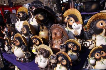 市場にて、狸の置物