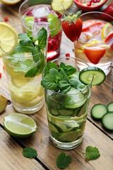 cocktail o bevanda disintossicante bicchieri con acqua e frutta su sfondo rustico