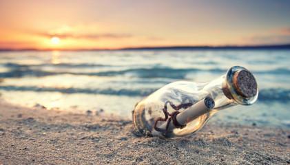 Strandleben - Flaschenpost im Sand