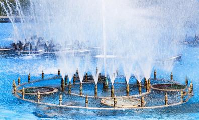 surtidores de agua en la fuente con salpicaduras de los los caños que vierten el agua en forma de bruma